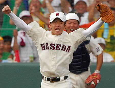 最後の打者 田中を三振に打ち取り、両手を突き上げて喜ぶ早稲田実・斎藤投手(手前)。奥は白川捕手