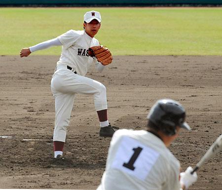 高校野球硬式決勝の6回、駒大苫小牧・田中(手前)を三振に打ち取った早稲田実・斎藤。早稲田実は国体連覇を目指した駒大苫小牧を1―0で破り、29年ぶり2度目の優勝を果たした