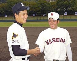 決勝戦を終え、握手する駒大苫小牧・田中と早実・斎藤