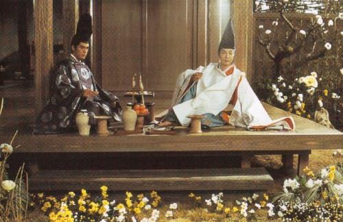 酒を酌み交わす源博雅(左)と安倍晴明 (映画【陰陽師】より)