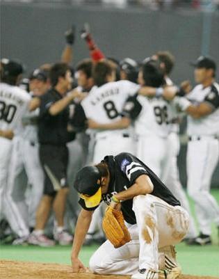 サヨナラ負けを喫し、マウンドでうずくまる斉藤和巳