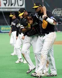 カブレラ(左)とズレータに抱きかかえられてベンチへと戻る斉藤