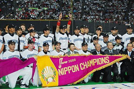 日本一となり、記念撮影する日本ハムナイン。プロ野球日本シリーズは、日本ハムが4―1で中日を下して4連勝で4勝1敗とし、前身の東映時代以来、44年ぶりの日本一となった。