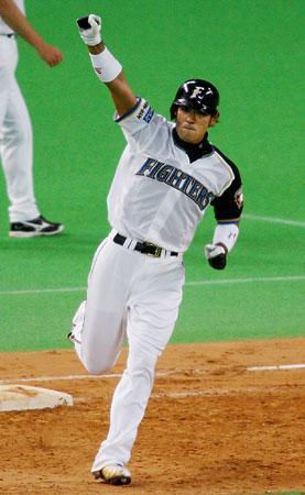 第5戦の8回、稲葉が本塁打を放ち、ガッツポーズ。チーム最多の7打点で、MVPに選ばれた。