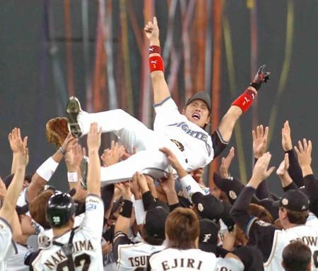 44年ぶり2度目の日本一を決め胴上げされる新庄剛志=札幌ドームで2006年10月26日