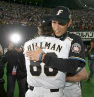 勝利を挙げヒルマン監督と抱き合う金村