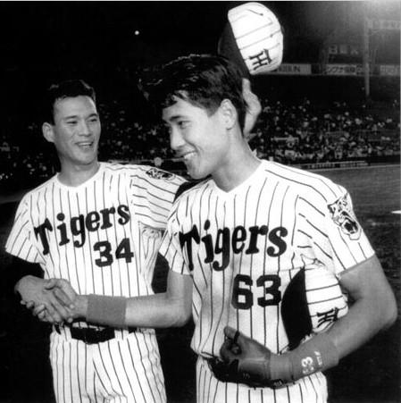 大洋ホエールズ戦で決勝本塁打を放ち、完投の仲田幸司から祝福される新庄(右)=阪神甲子園球場で1992年5月26日