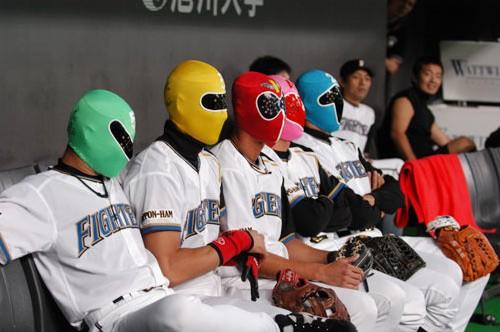 試合前ゴレンジャーの覆面をかぶり姿を見せた(左から)坪井智哉、新庄剛志、森本稀哲、石本努、島田一輝の各選手=札幌ドームで2004年9月20日