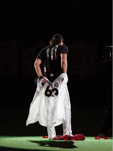 ファンが見守る中、ユニホームを脱ぐ新庄選手=札幌ドームの引退セレモニーで2006年9月27日