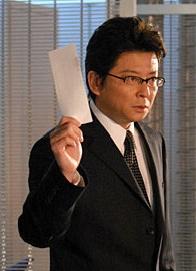 黒崎を追う警部:神志名将(哀川翔)