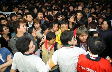ビックカメラ有楽町店に詰めかける人々