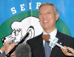 こちらもの笑顔の太田秀和オーナー代行兼球団社長