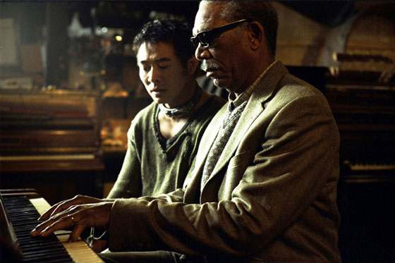 ダニーにピアノを教えるサム