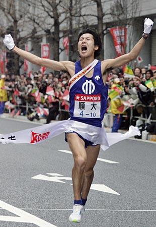 箱根駅伝で総合優勝を果たし、ゴールする順大アンカーの松瀬