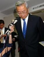 前川容疑者逮捕で会見し、謝罪するオリックス雑賀球団社長
