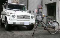 前川選手が無免許ひき逃げ事故を起こした車(左)と被害にあった女性の自転車