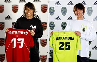 PREDATOR F.C.の宮本恒靖(左)とF50 Club de Futbolの中村俊輔