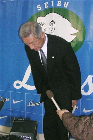 記者会見でアマ選手への金銭供与を公表し、頭を下げるプロ野球西武の太田秀和オーナー代行