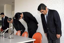 記者会見する(右から)東京ガスの田中伸樹監督、木村雄太選手、蛭間泰弘部長