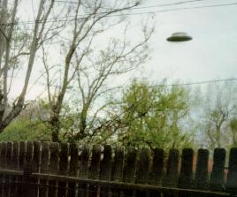 フェンスの上を飛ぶUFO