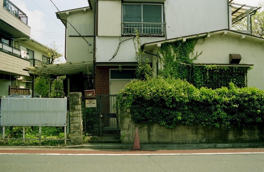 大通りの近くにある家