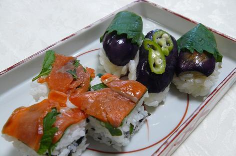 シソとスモークサーモンの押し寿司と根性ナスの握り