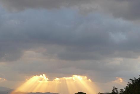 雲の隙間から陽が・・・綺麗(^^♪