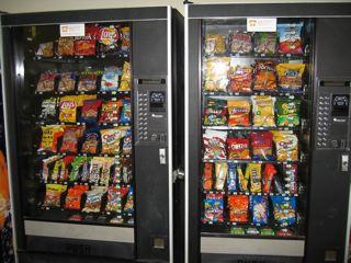 NIHのスナック自販機。全て1ドル未満ですが、味の当たり外れが非常に大きいです。
