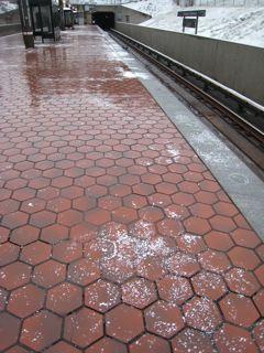駅のホームの融雪剤
