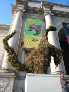 自然史博物館前にある恐竜の形をしたツリー