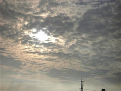 雲間から天国の光がこぼれる。