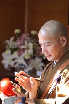 目を入れる僧侶