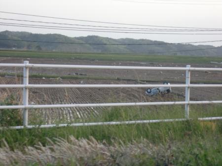 s東松島市矢元畑の中の車 .JPG