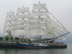 いよいよ、帆を広げたロシア船パラダ