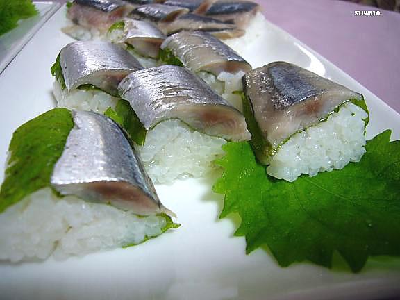 秋刀魚寿司~紫蘇有り→ご飯が温かすぎたのか?紫蘇の色が変わっちゃった(汗)