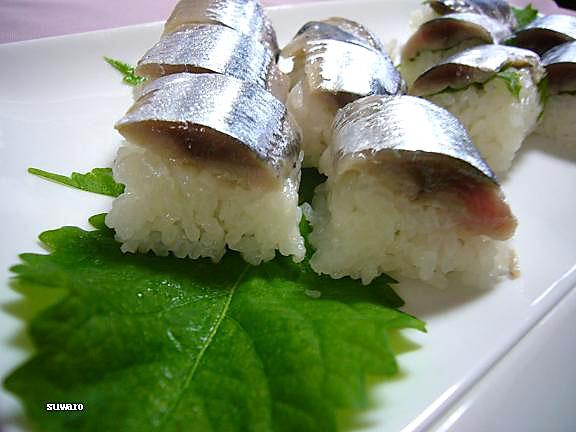 秋刀魚寿司~紫蘇無し→こちらはご飯が少なめで秋刀魚が落っこちそう。。。