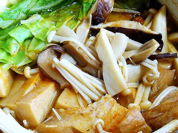 きのこと高野豆腐のキムチ鍋→色々入れて食べ過ぎました、高野豆腐?私は有り!でもオットはNo!でしょう(笑)