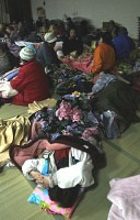 避難所で不安な夜を迎える能登半島地震の被災者たち(3月25日、石川県輪島市で)=中原正純撮影
