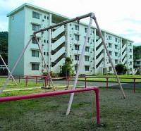 被害者が子どもたちと共に移り住んだ公共住宅。加害者の夫は保護命令中に探偵を雇って転居先を突き止め、殺害に及んだ(徳島県吉野川市で)