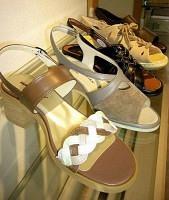エレガントな装いに合うサンダルから、カジュアルなものまで種類が豊富(ハッシュパピー)