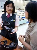 アラボンのサンダルはバックベルトが面ファスナーのため調整しやすい(京王百貨店新宿店で)