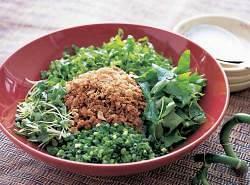 食べる前にたっぷりの野菜と豚肉そぼろをよく混ぜ込んで