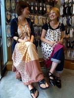 サンダルに合わせるトング(左)や、足首に結ぶひも飾りの付いた靴下も(靴下屋フレンズ代官山店で)=高橋直彦撮影