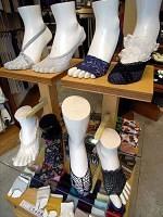 パンプスなどに合わせて「見せる」 靴下が増えている(靴下屋フレンズ 代官山店で)
