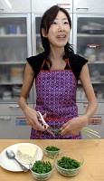 キッチンばさみを愛用する宮川さん。「まな板と包丁を使わなくても料理はできますよ」