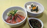 「サーモンアボカ丼」(左)と「豆腐と卵のニラだれ丼」。どちらもご飯に具をのせ、たれをかけるだけの簡単さ=高橋はるか撮影