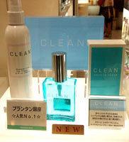 CLEANシリーズの一番人気 「シャワーフレッシュ」(9,975円)。 ヘアフレグランス(左、4,725円)も人気。(価格はすべて税込み)