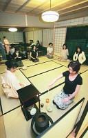 都心の茶室で日常を忘れてけいこに励む女性たち(東京・港区の「サントリー美術館」で)=立石紀和撮影