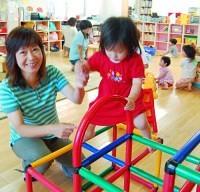 「子育てサポートセンターきらきらくらぶ」代表の林恵子さん(左)。この日は17人の子どもがやってきた(福井県敦賀市で)