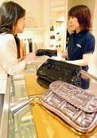 小さな内ポケットが付いた商品など、使い勝手も工夫されている(西武百貨店池袋本店のアニヤ・ハインドマーチで)=内田淑子撮影